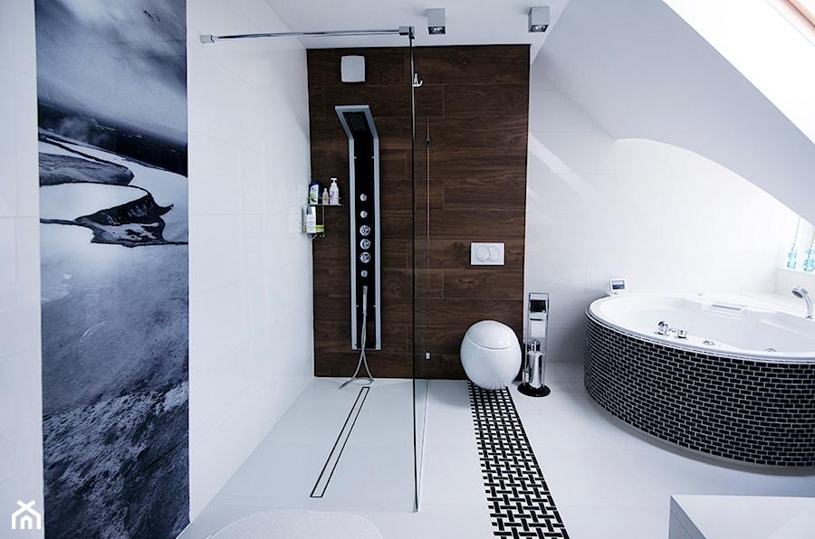 Marynarskie marzenia - konkurs Katowice - Średnia biała brązowa łazienka na poddaszu w domu jednorodzinnym z oknem, styl nowoczesny - zdjęcie od Concept JO ANA