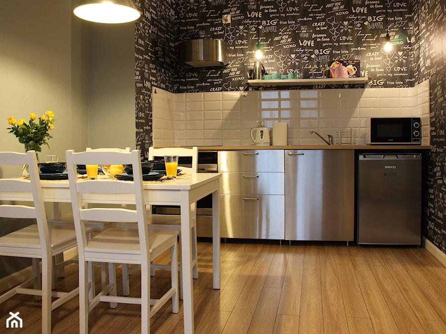 Mieszkanie na wynajem krótkoterminowy całe w tapetach - Mała biała czarna zielona kuchnia jednorzędowa z oknem, styl nowoczesny - zdjęcie od O Rety Tapety: Najlepszy sklep z tapetami ściennymi