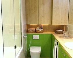 ZIELONA ŁAZIENKA - Średnia beżowa zielona łazienka w bloku bez okna, styl nowoczesny - zdjęcie od NIESKROMNE PROGI
