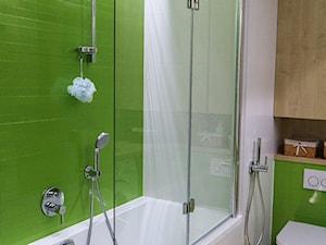 ZIELONA ŁAZIENKA - Średnia biała zielona łazienka w bloku w domu jednorodzinnym bez okna, styl nowoczesny - zdjęcie od NIESKROMNE PROGI