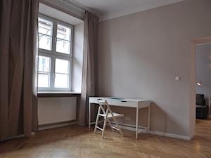 JÓZEFA / wielka metamorfoza - Średnia beżowa sypialnia małżeńska, styl skandynawski - zdjęcie od NIESKROMNE PROGI