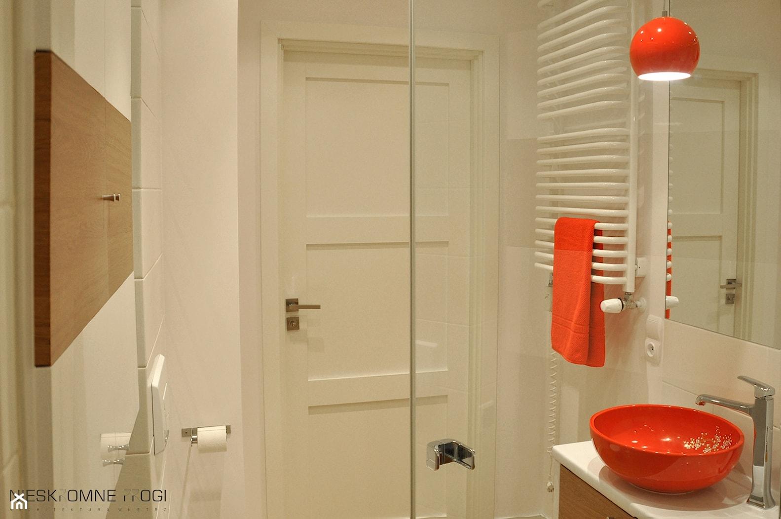 Wszystko zaczęło się od Chin - NIESKROMNE PROGI - Mała beżowa łazienka na poddaszu w bloku w domu jednorodzinnym bez okna, styl nowoczesny - zdjęcie od NIESKROMNE PROGI - Homebook