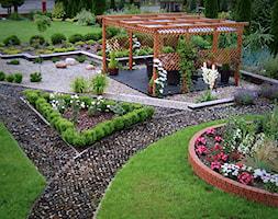 Ogród prywatny Wola Chorzelowska - Duży ogród przed domem z pergolą - zdjęcie od Ogrody Mielec
