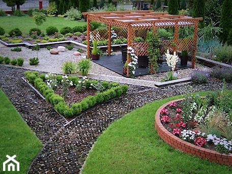 Aranżacje wnętrz - Ogród: Ogród prywatny Wola Chorzelowska - Duży ogród przed domem z pergolą - Ogrody Mielec. Przeglądaj, dodawaj i zapisuj najlepsze zdjęcia, pomysły i inspiracje designerskie. W bazie mamy już prawie milion fotografii!