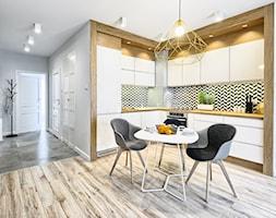 Mieszkanie pokazowe - Duża otwarta kuchnia w kształcie litery l w aneksie, styl skandynawski - zdjęcie od Q2Design