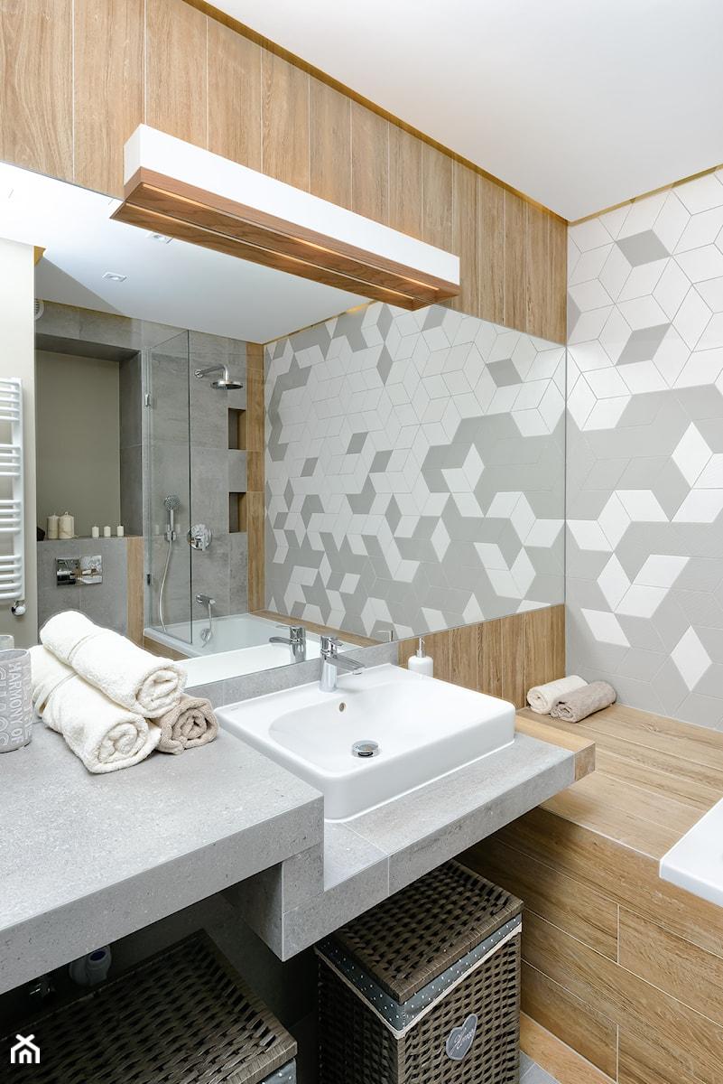 Aranżacje wnętrz - Łazienka: Mieszkanie pokazowe - Średnia biała szara łazienka w bloku bez okna, styl skandynawski - Q2Design. Przeglądaj, dodawaj i zapisuj najlepsze zdjęcia, pomysły i inspiracje designerskie. W bazie mamy już prawie milion fotografii!