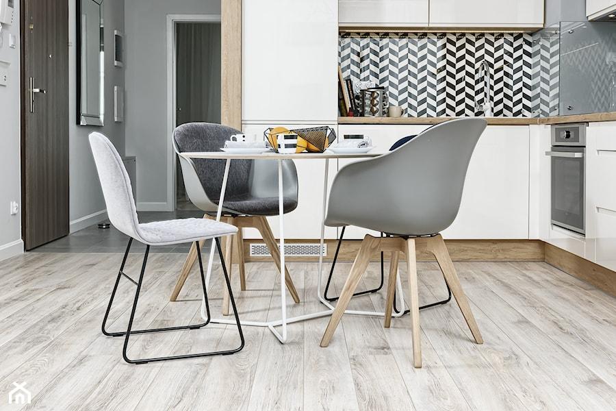 Aranżacje wnętrz - Kuchnia: Mieszkanie pokazowe - Mała otwarta biała kuchnia w kształcie litery l w aneksie, styl skandynawski - Q2Design. Przeglądaj, dodawaj i zapisuj najlepsze zdjęcia, pomysły i inspiracje designerskie. W bazie mamy już prawie milion fotografii!