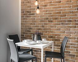 Mała zamknięta szara jadalnia jako osobne pomieszczenie, styl industrialny - zdjęcie od Q2Design