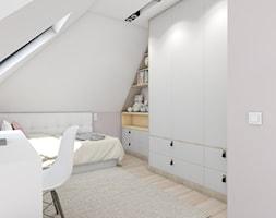 dom jednorodzinny (projekt Opałek) - Mały biały pokój dziecka dla chłopca dla dziewczynki dla malucha - zdjęcie od Maciejewska Design