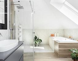 klasyczna łazienka z płytkami drewnopodobnymi i kamiennymi - zdjęcie od Maciejewska Design - Homebook