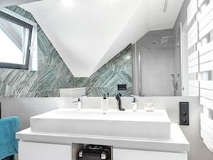 Dom jednorodzinny - Średnia szara łazienka na poddaszu w bloku w domu jednorodzinnym z oknem, styl nowoczesny - zdjęcie od Maciejewska Design