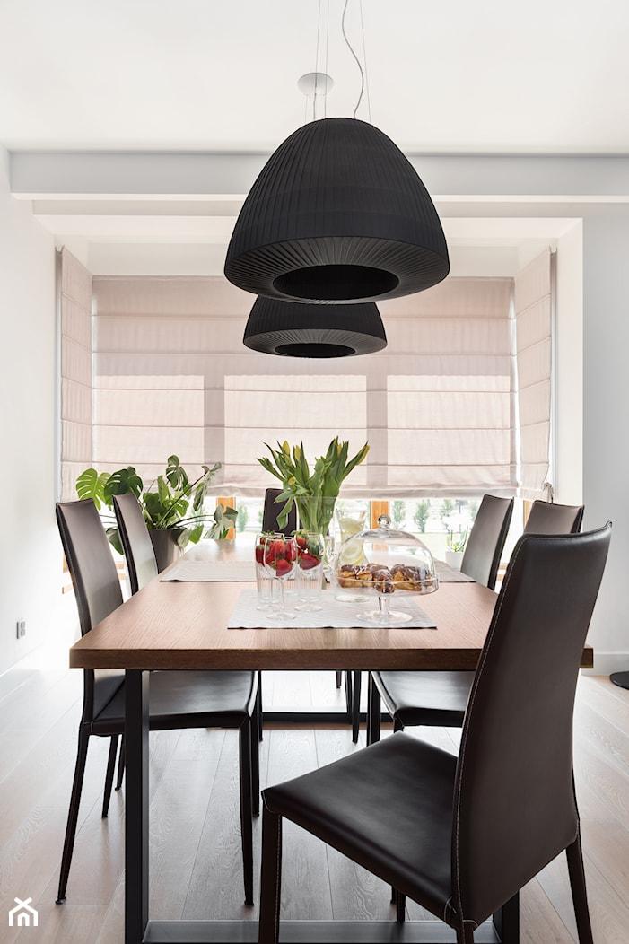czarne lampy nad stołem - zdjęcie od Maciejewska Design - Homebook