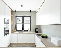 Dom jednorodzinny - Średnia otwarta biała kuchnia w kształcie litery u z oknem, styl nowoczesny - zdjęcie od Maciejewska Design