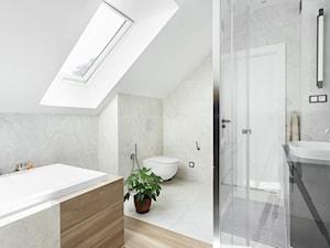 klasyczna łazienka z płytkami drewnopodobnymi i kamiennymi - zdjęcie od Maciejewska Design