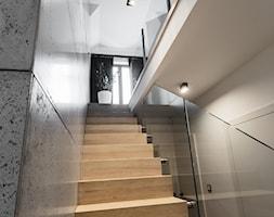 schody+z+bielonego+d%C4%99bu+z+p%C5%82ytami+betonowymi+na+%C5%9Bcianie+-+zdj%C4%99cie+od+Maciejewska+Design