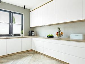 Dom jednorodzinny - Średnia otwarta szara kuchnia w kształcie litery l z oknem, styl nowoczesny - zdjęcie od Maciejewska Design
