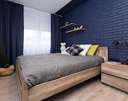 mieszkanie gorskie - Mała biała niebieska sypialnia małżeńska, styl skandynawski - zdjęcie od Anna Krzak architektura wnętrz