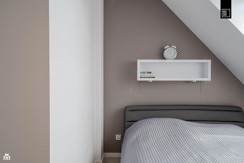 OSIEDLE PRZY ZAMKU WROCŁAW_02 - Mała biała szara brązowa sypialnia małżeńska na poddaszu, styl nowoczesny - zdjęcie od KODO projekty i realizacje wnętrz - Homebook
