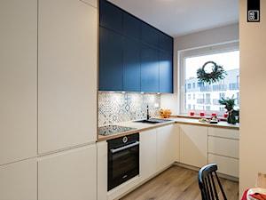 ŚWIĄTECZNE WYDANIE MIESZKANIA DLA RODZINY - Średnia beżowa kuchnia w kształcie litery l z oknem, styl minimalistyczny - zdjęcie od KODO projekty i realizacje wnętrz