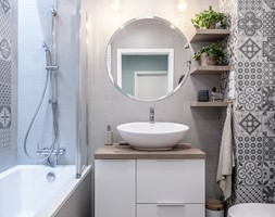 KĘPA MIESZCZAŃSKA W TURKUSIE - Mała szara łazienka w bloku w domu jednorodzinnym bez okna, styl prowansalski - zdjęcie od KODO projekty i realizacje wnętrz