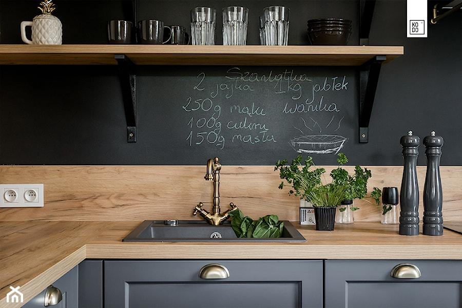Aranżacje wnętrz - Kuchnia: LIROWA - STYL LOFT - Średnia czarna kuchnia w kształcie litery l w aneksie, styl industrialny - KODO projekty i realizacje wnętrz. Przeglądaj, dodawaj i zapisuj najlepsze zdjęcia, pomysły i inspiracje designerskie. W bazie mamy już prawie milion fotografii!