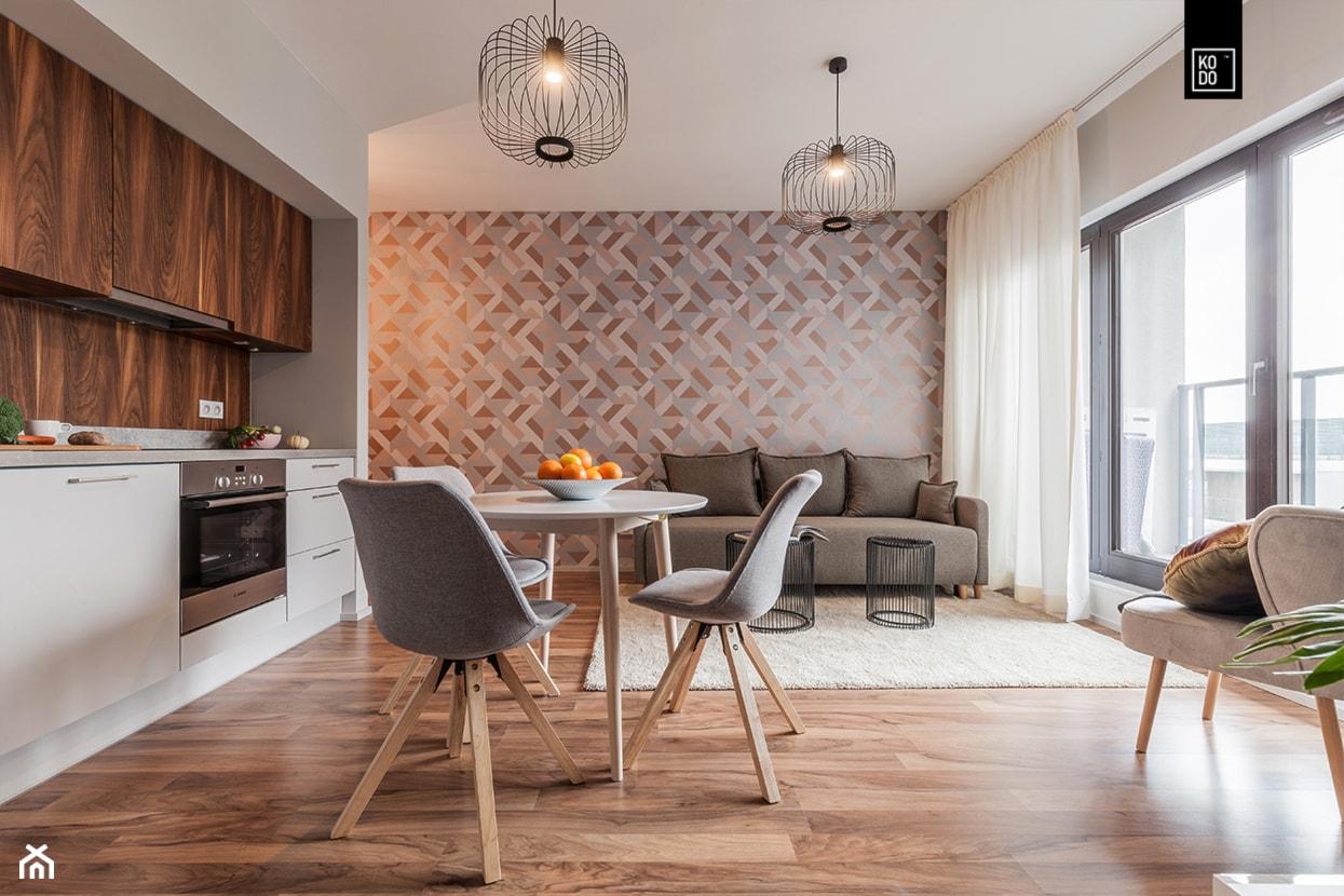 MĘSKI RÓŻ - Mały szary salon z kuchnią z jadalnią z tarasem / balkonem, styl eklektyczny - zdjęcie od KODO projekty i realizacje wnętrz - Homebook