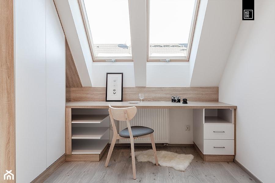 Nowe Kowale - Małe białe biuro kącik do pracy na poddaszu, styl nowoczesny - zdjęcie od KODO projekty i realizacje wnętrz