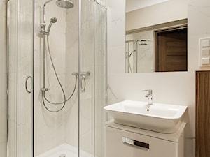 Apartament Kolonialny - Mała beżowa łazienka w bloku w domu jednorodzinnym bez okna, styl kolonialny - zdjęcie od KODO projekty i realizacje wnętrz