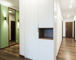 Apartament Kolonialny - Średni biały zielony hol / przedpokój, styl kolonialny - zdjęcie od KODO projekty i realizacje wnętrz