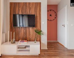 MĘSKI RÓŻ - Średni biały czerwony salon, styl eklektyczny - zdjęcie od KODO projekty i realizacje wnętrz