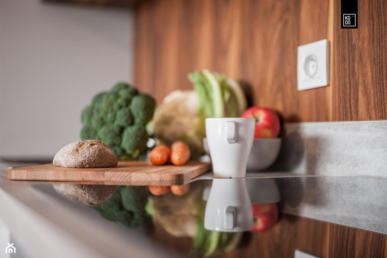 MĘSKI RÓŻ - Mała zamknięta szara kuchnia jednorzędowa, styl nowoczesny - zdjęcie od KODO projekty i realizacje wnętrz - Homebook