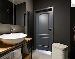 LIROWA - STYL LOFT - Mała czarna łazienka na poddaszu w bloku w domu jednorodzinnym bez okna, styl industrialny - zdjęcie od KODO projekty i realizacje wnętrz