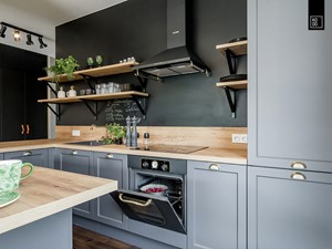 Kuchnia z farbą tablicową na ścianie nad blatem kuchennym