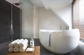 wanna wolnostojąca, drewniany stolik, kabina prysznicowa walk-in, grafitowa podłoga