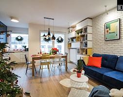 ŚWIĄTECZNE WYDANIE MIESZKANIA DLA RODZINY - Średni biały salon z kuchnią z jadalnią z tarasem / balkonem, styl eklektyczny - zdjęcie od KODO projekty i realizacje wnętrz