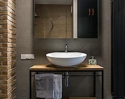 LIROWA - STYL LOFT - Mała szara łazienka na poddaszu w bloku w domu jednorodzinnym bez okna, styl industrialny - zdjęcie od KODO projekty i realizacje wnętrz
