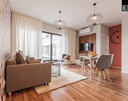 MĘSKI RÓŻ - Mały szary beżowy pomarańczowy salon z jadalnią z tarasem / balkonem, styl eklektyczny - zdjęcie od KODO projekty i realizacje wnętrz