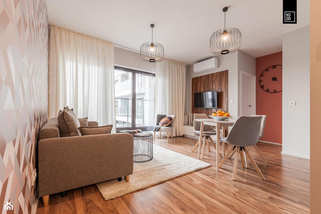 MĘSKI RÓŻ - Mały szary beżowy pomarańczowy salon z jadalnią z tarasem / balkonem, styl eklektyczny - zdjęcie od KODO projekty i realizacje wnętrz - Homebook