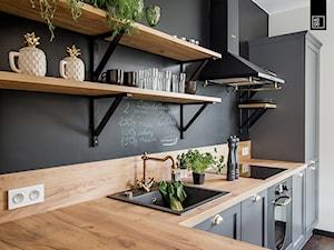 LIROWA - STYL LOFT - Średnia zamknięta biała czarna kuchnia w kształcie litery l w aneksie, styl industrialny - zdjęcie od KODO projekty i realizacje wnętrz