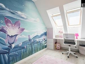 OSIEDLE PRZY ZAMKU WROCŁAW_02 - Mały biały niebieski pokój dziecka dla dziewczynki dla ucznia dla nastolatka, styl nowoczesny - zdjęcie od KODO projekty i realizacje wnętrz