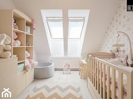 OSIEDLE PRZY ZAMKU WROCŁAW_02 - Mały biały szary pokój dziecka dla chłopca dla dziewczynki dla ucznia dla niemowlaka, styl nowoczesny - zdjęcie od KODO projekty i realizacje wnętrz