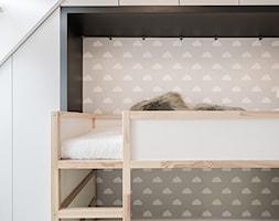 OSIEDLE PRZY ZAMKU WROCŁAW - Mały biały szary pokój dziecka dla chłopca dla dziewczynki dla malucha, styl nowoczesny - zdjęcie od KODO projekty i realizacje wnętrz
