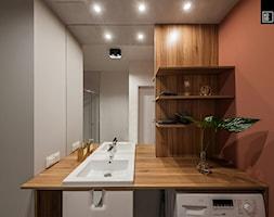 MĘSKI RÓŻ - Średnia szara łazienka bez okna, styl industrialny - zdjęcie od KODO projekty i realizacje wnętrz