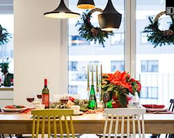 ŚWIĄTECZNE WYDANIE MIESZKANIA DLA RODZINY - Mała otwarta biała jadalnia jako osobne pomieszczenie, styl nowoczesny - zdjęcie od KODO projekty i realizacje wnętrz