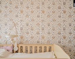 OSIEDLE PRZY ZAMKU WROCŁAW_02 - Mały średni biały beżowy pokój dziecka dla dziewczynki dla niemowlaka, styl nowoczesny - zdjęcie od KODO projekty i realizacje wnętrz