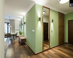 Apartament Kolonialny - Mały zielony hol / przedpokój, styl kolonialny - zdjęcie od KODO projekty i realizacje wnętrz