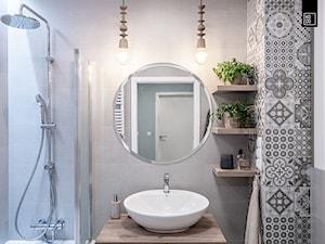 KĘPA MIESZCZAŃSKA W TURKUSIE - Mała biała łazienka w bloku w domu jednorodzinnym bez okna, styl rustykalny - zdjęcie od KODO projekty i realizacje wnętrz