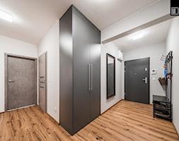 INDUSTRIALNA PROSTOTA - Duży biały hol / przedpokój, styl industrialny - zdjęcie od KODO projekty i realizacje wnętrz