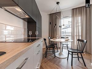 BUJANIE W OBŁOKACH - Średnia otwarta biała kuchnia jednorzędowa z oknem, styl nowojorski - zdjęcie od KODO projekty i realizacje wnętrz