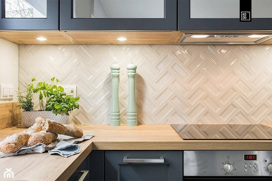 KLASYCZNIE CZY NOWOCZEŚNIE? - Mała biała kuchnia w kształcie litery l, styl klasyczny - zdjęcie od KODO projekty i realizacje wnętrz